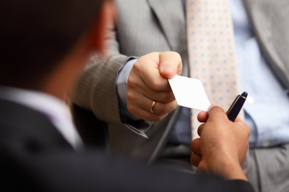 5 Smart Ways to Distribute Your Business Cards - uprint.id